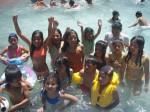 Paseo a la piscina con la colonia vacacional