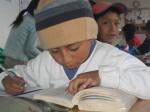 Niño realizando los deberes