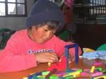 Niño jugando con material didactico