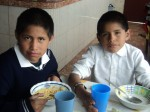 niños almorzando