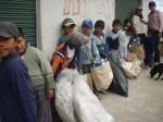 niños/-as con el material reciclado