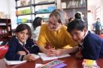 voluntaria en el refuerzo escolar
